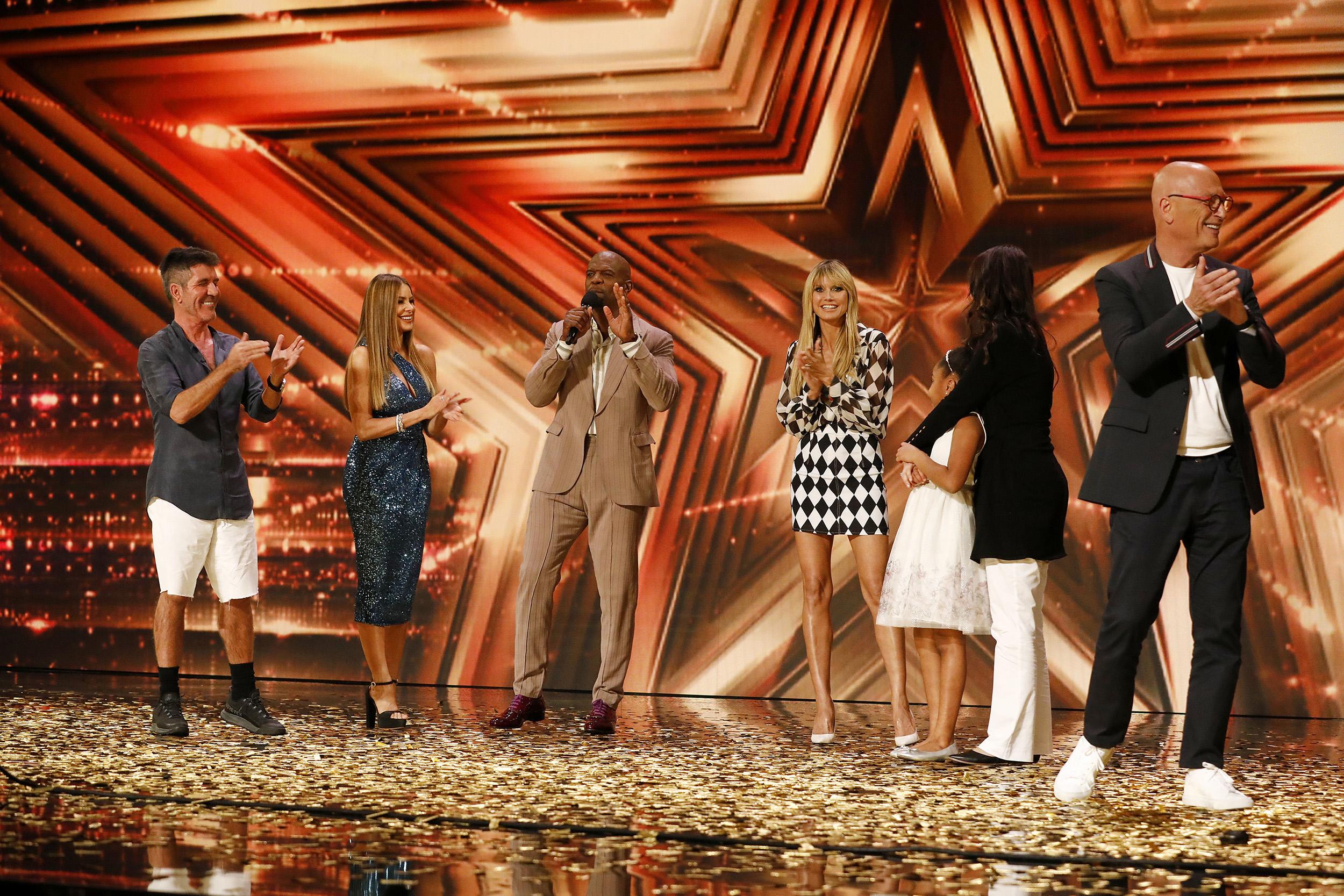 4 giám khảo cùng đứng lên ấn nút chọn cô bé.